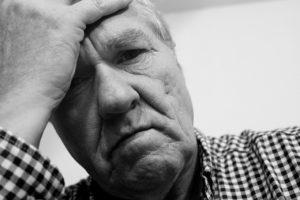 homem sofrendo de ansiedade, como acabar com ansiedade