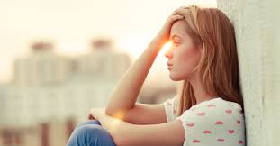 mulher refletindo sobre a ansiedade, como acabar com ansiedade